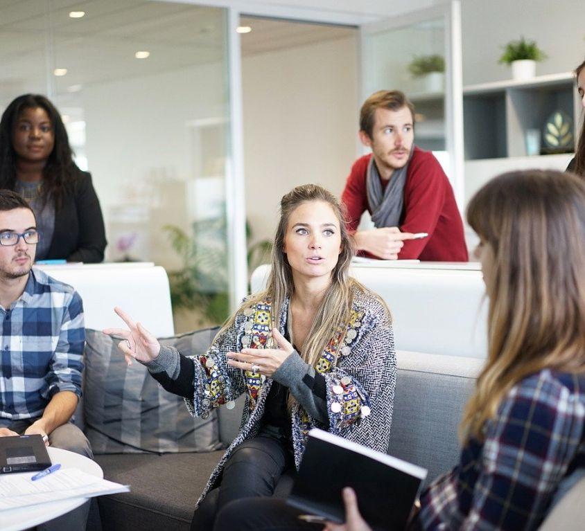 Diferentes tipos de colaboradores juntos em um local de trabalho